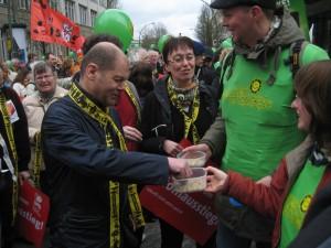 Olaf Scholz (SPD) probiert unsere Sonnenblumenkerne