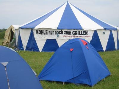 """""""Kohle nur noch zum Grillen"""" auf dem Klimacamp in Bonn-Meßdorf."""